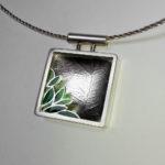 "Anhänger ""Blätter"": Silber, Fensteremaille --- ohne Halsreif: 352,- €"