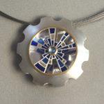 """Anhänger """"Kaleidoskop"""": Silber, Gold, Mondstein, Fensteremaille --- ohne Halsreif: 1187,- €"""