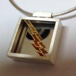 """Anhänger """"Blitz"""": Gold, Silber, Fensteremaille, Spiegel --- ohne Halsreif: 543,- €"""