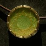 Anhänger: Silber, Gold, Emaille mit Goldfäden --- ohne Halsreif: 510,- €