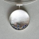 """Brosche """"Dorf"""": Silber, Fensteremaille, mit Anhänger-Adapter --- 420,- €"""