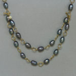 Kette: Gold, graue Süßwasserperlen, Länge 88 cm --- 1660,- €