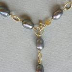 Kette; Gold, graue Süßwasserperlen, Detail
