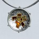 "Anhänger ""Kristall"": Silber, Gold, Fensteremaille --- ohne Halsreif: 475,- €"