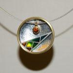 "Anhänger ""Pfeil"": Silber, Gold, Fensteremaille, Mandaringranat --- ohne Halsreif: 568,- €"