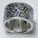 """Ring """"Dreiecke"""": Silber, Emaille, Weite 62 --- 380,- €"""