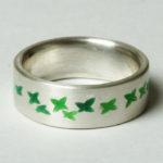 """Ring """"Blätter grün"""": Silber, Emaille, Weite 55 --- 180,- €"""