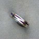 """Ring """"gefeiltes Muster"""": Silber, Emaille, violett, Weite 58 --- 180,- €"""