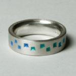 """Ring """"Pyramiden blaugrün"""": Silber, Emaille, Weite 52 --- 180,- €"""