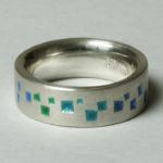 """Ring """"Pyramiden blaugrün"""": Silber, Emaille, Weite 55 --- 180,- €"""