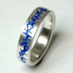 "Ring ""blau transparent X"": Silber, Emaille, Weite 64 --- 180,- €"